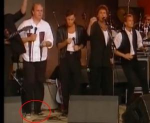 Nej, inte ens Lasse Kronér kommer undan med gympadojjor till formella byxor.