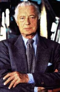 Förre Fiatchefen Gianni Agnelli (ständigt hyllad som stilikon) med oknäppta kragknappar och slips i grövre material.