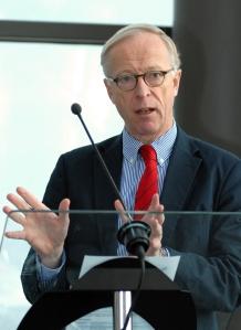 Ärkekonservative moderaten Gunnar Hökmark i amerikanskt inspirerad stil med bengalrandig button down-skjorta i poplin och röd sidenslips.