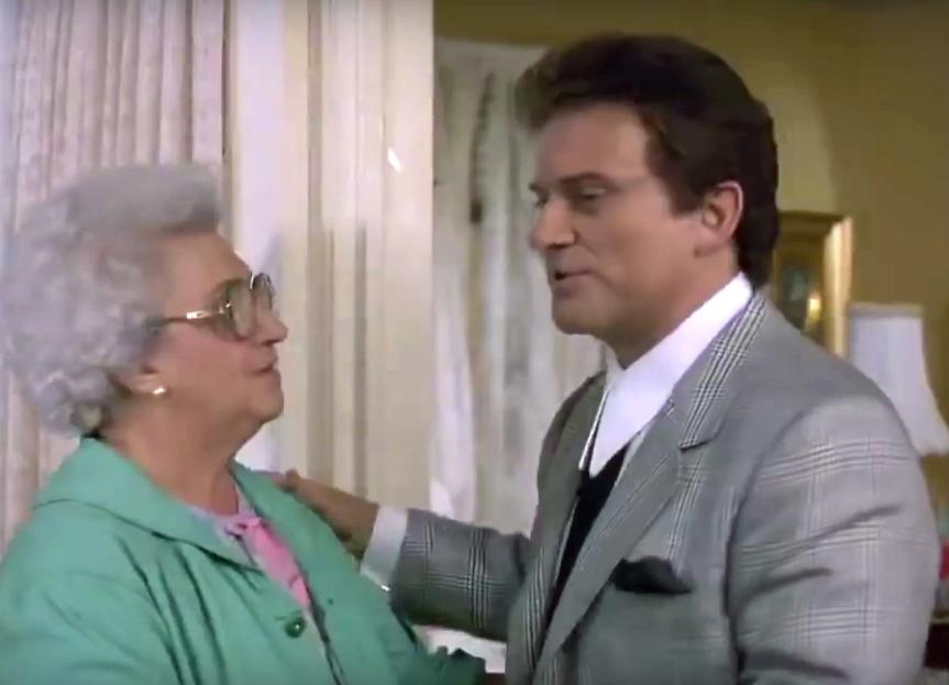 Tommys mamma berömmer hans kläder. Det borde hon inte göra.