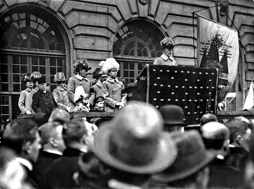Kung Gustav V håller det berömda borggårdstalet 1914, flankerad av den svenska adeln. Målet? Att stoppa demokrati, parlamentarism och allmän och lika rösträtt.